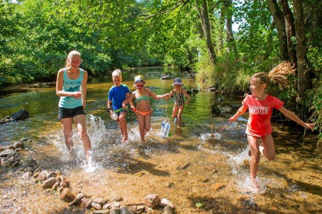 Enfants sur la riviere vaubarlet© NPS NEWPHOXSTUDIO